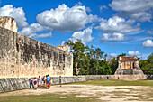 Tourists with guide, The Grand Ball Courrt (Gran Juego de Pelota), Chichen Itza, UNESCO World Heritage Site, Yucatan, Mexico, North America