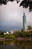 Gewitterstimmung,Taipei Financial Center, Taipei 101 Wolkenkratzer gesehen vom Zhongshan Park in Taipeih, Taiwan, Republik China, Asien