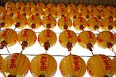 Chinesische Papier-Lampions in einem Tempel in Tainan, Taiwan, Republik China, Asien