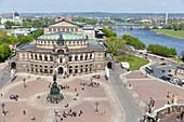 Blick vom Hausmannsturm in westliche Richtung auf die Semperoper und den Theaterplatz, ehemalige Zigarettenfabrik Yenidze, Fluss Elbe, Elbtal, Dresden, Sachsen, Deutschland, Europa