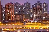 Dämmerung, Fassade, Hochhäuser, Appartments, Wohnungen, Abend, Großstadt, Metropole, Gegend West Bund, Expo 2010 Gelände, Blick von Shanghai Power Station of Art, Kunst, Museum, Schanghai, Shanghai, China, Asien