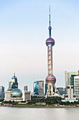 Early evening on the Bund, landmark of Shanghai, dusk, twilight, Oriental Pearl Tower, Pudong, Shanghai, China, Asia