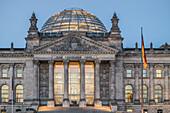 Reichstagsgebaeude und Kuppel in der Daemmerung, Berlin Mitte, Berlin, Deutschland