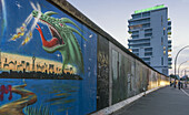 Wandgemaelde mit Drachen, Hochhaus Living Levels, Berliner Mauer, Berlin, Deutschland