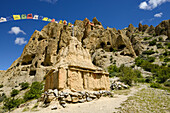 Luri Gompa, Luri Gumba, Buddhist monastery, cave temple with prayer flags, near Yara, Gara, Kingdom of Mustang, Nepal, Himalaya, Asia