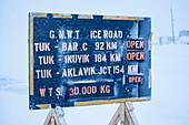 Hinweißschild für die Befahrbarkeit der Eisstraße in Tuktoyaktuk im Winter, Inuvik region, Northwest Territories, Kanada