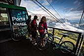 Mountainbikers in der Bergstation von Porta Vescovo, dahinter Sellagruppe, Belluno, Venetien, Italien