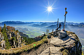 Persons at summit of Kranzhorn, Kaiser range, valley of Inn and Mangfall range in background, Kranzhorn, Chiemgau Alps, Upper Bavaria, Bavaria, Germany