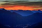 Abendrot über Leitzachtal, mit Zugspitze, Wallberg und Benediktenwand, Blick vom Breitenstein, Breitenstein, Bayerische Alpen, Oberbayern, Bayern, Deutschland