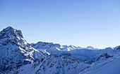 Blick auf die verschneiten Bergspitzen bei blauem Himmel und Sonnenschein rund um den Berg Ifen, Vorarlberg, Österreich