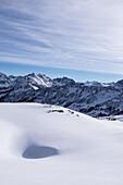 Winterlandschaft in den Bergen der Alpen bei Sonnenschein, Vorarlberg, Österreich