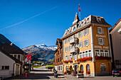 facade de l'hotel post au centre du village de realp, village au pied du col de la furka, realp, canton d'uri, suisse