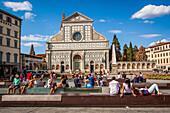 touristes prenant le soleil sur des bancs face a la basilique de santa maria novella, florence, toscane, italie, union europeenne