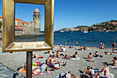 points 2 vue', marc-andre de figueres' empty frames, vacationers and tourists on the beach in front of the notre-dame-des-anges church, town of collioure, (66) pyrenees-orientales, languedoc-roussillon, france
