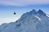 Die Gondel der Vallugabahn vor der verscneiten Bergkulisse der Weißschrofenspitze