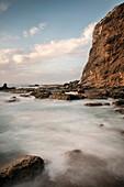 starker Wellengang an Küste der Felsenbucht Playa de Alojera, La Gomera, Kanarische Inseln, Kanaren, Spanien, Langzeitbelichtung