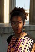 Portrait einer jungen afroamerikanische Frau am Königsplatz, München, Bayern, Deutschland