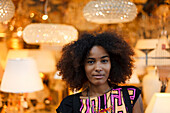 Portrait einer jungen afroamerikanischen Frau vor Lampen, Königsplatz, München, Bayern, Deutschland