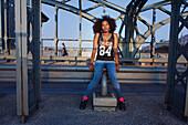 Grafisches Bild einer jungen afroamerikanischen Frau auf Brücke mit Stahlträgern, Hackerbrücke, München, Bayern, Deutschland
