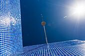 Dusche mit Wassertropfen im Freien unter blauem Himmel und Sonnenschein, Tazacorte, La Palma, Kanarische Inseln, Spanien