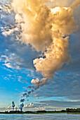 Industrie am Rhein bei Dinslaken, Wolken, Emission, Kohle-Kraftwerk, Kühlwasserdampf, Dinslaken, Deutschland