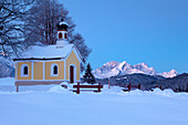 Maria Rast chapel at the Buckelwiesen, near Kruen, view to Zugspitz range with Alpspitze, Zugspitze and Waxenstein, Bavaria, Germany