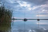 Boote treiben am Ufer des Rangsdorfer Sees bei Sonnenuntergang - Langzeitbelichtung - Deutschland, Brandenburg, Rangsdorf