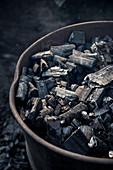 gesäuberte Holzkohle die zum Abkühlen im Fass gelagert wird, Holzkohle Herstellung Köhlerei, Aalen, Härtsfeld, Ostalbkreis, Baden-Württemberg, Deutschland