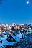 Winter sport centre Sankt Andreasberg, view of the town at dusk, full moon and snow covered roofs, ski area, Harz, Sankt Andreasberg, Lower Saxony, Germany