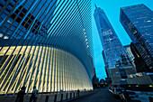 the Oculus Außenansicht und das One World Trade Center während Blauer Stunde, futuristischer Bahnhof des Star Architekten Santiago Calatrava bei der World Trade Center Gedenkstätte, Manhattan, New York, USA, Vereinigte Staaten von Amerika
