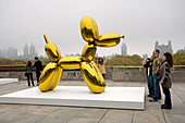 United States, New York, le MET, Metropolitan Museum of Art, Exhibition of the Artist Jeff Koons on the Museum Roof, Balloon Dog (Yellow) 1994-2000 and Visitors