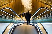 Langzeitbelichtung von Mann auf Rolltreppe im Studio City Macau Resort am Cotai Strip, Cotai, Macau, China