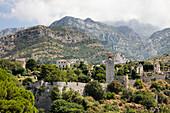 Ruinen der historischen Altstadt Stari Bar vor Bergkulisse, Bar, Montenegro