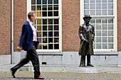 Niederlande, Süd-Holland, Den Haag, Lange Voorhout, Skulptur von Louis Couperus, niederländischen Dichter und Schriftsteller