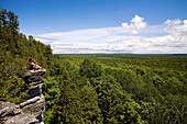 Canada, Ontario Province, Manitoulin Island, hiking at Cup and Saucer, couple at the edge of a cliff admiring the view