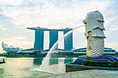 Merlion statue, the national symbol of Singapore and its most famous landmark, Merlion Park, Marina Bay, Singapore, Southeast Asia, Asia