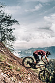 Bikepark Brandnertal, Mountainbiker Downhill, Mountainbike, Wald, Wiese, Vorarlberg, Österreich, Berge, Alpen