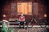 Portrait junger Mountainbiker, Mountainbike Brandnertal, Vorarlberg, Österreich