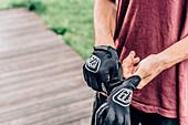 Portrait junger Mountainbiker, Handschuhe, Mountainbike, Hütte, Brandnertal, Vorarlberg, Österreich