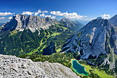 Blick auf Wetterstein mit Zugspitze und Seebensee, von der Ehrwalder Sonnenspitze, Mieminger Berge, Tirol, Österreich