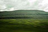 Wunderschöne und grün bewachsene Landschaft, Färöer Inseln