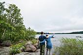 Paar schaut über den See, Vänernsee, Smaland, Schweden