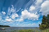 Wolken ziehen über den weiten Himmel am Vänernsee, Halland, Schweden