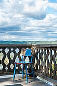 Alter Stuhl auf der Veranda einer Fischerhütte am Siljan See, Insel Söllerön, Dalarna, Schweden