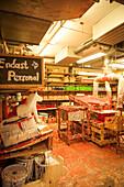 Blick in einen Werkraum der bekannten Werkstatt für Dala Pferde in Nusnäs, Dalarna, Schweden