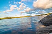 Sicht in der  Abendsonne auf einen See in der Nähe von Munkfors, Värmland, Schweden
