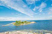 Sicht auf eine kleine Insel im Meer unter einem Sommerhimmel, Öregrund, Bottensee, Uppsala, Schweden
