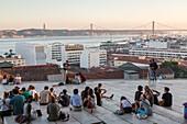Miradouro de Santa Catarina, Blick über der Hafen und 25 April Brücke, Aussicht, Lissabon, Touristen, Chillen mit Aussicht, abhängen, Portugal