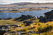 Campervan, Poolburn Reservoir, Old Dunstan Road, 4WD route, tussock landscape, Central Otago, South Island, New Zealand