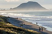 Urlauber, Familie an Papamoa Beach, Weite, Dunst, Sandstrand, surf, Mt Maunganui, Tauranga, Nordinsel Neuseeland